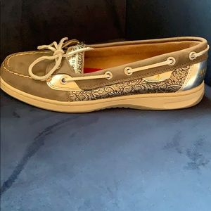 SPERRY GREY AND SILVER BOAT SHOE 7.5